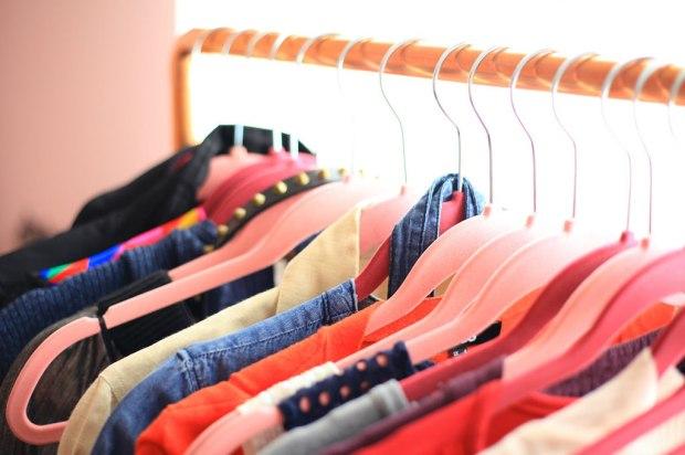 dulap de haine femeie organizat