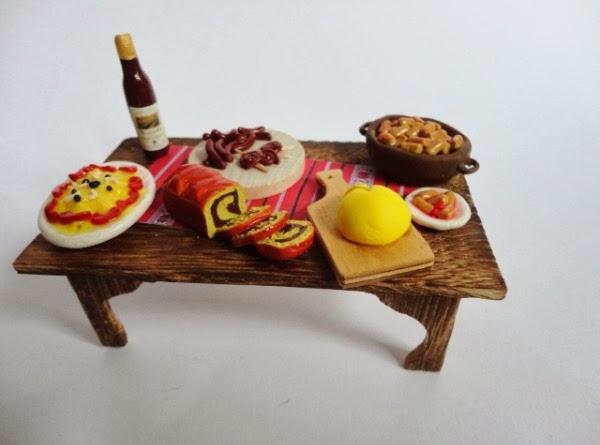 De sarbatori, la masa la romani miniatura Craciun mancare sarmale vin cozonac salata